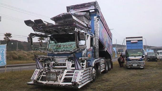 デコったダンプがダートを爆走!?激突!全日本トラックレースグランプリを知っていますか?