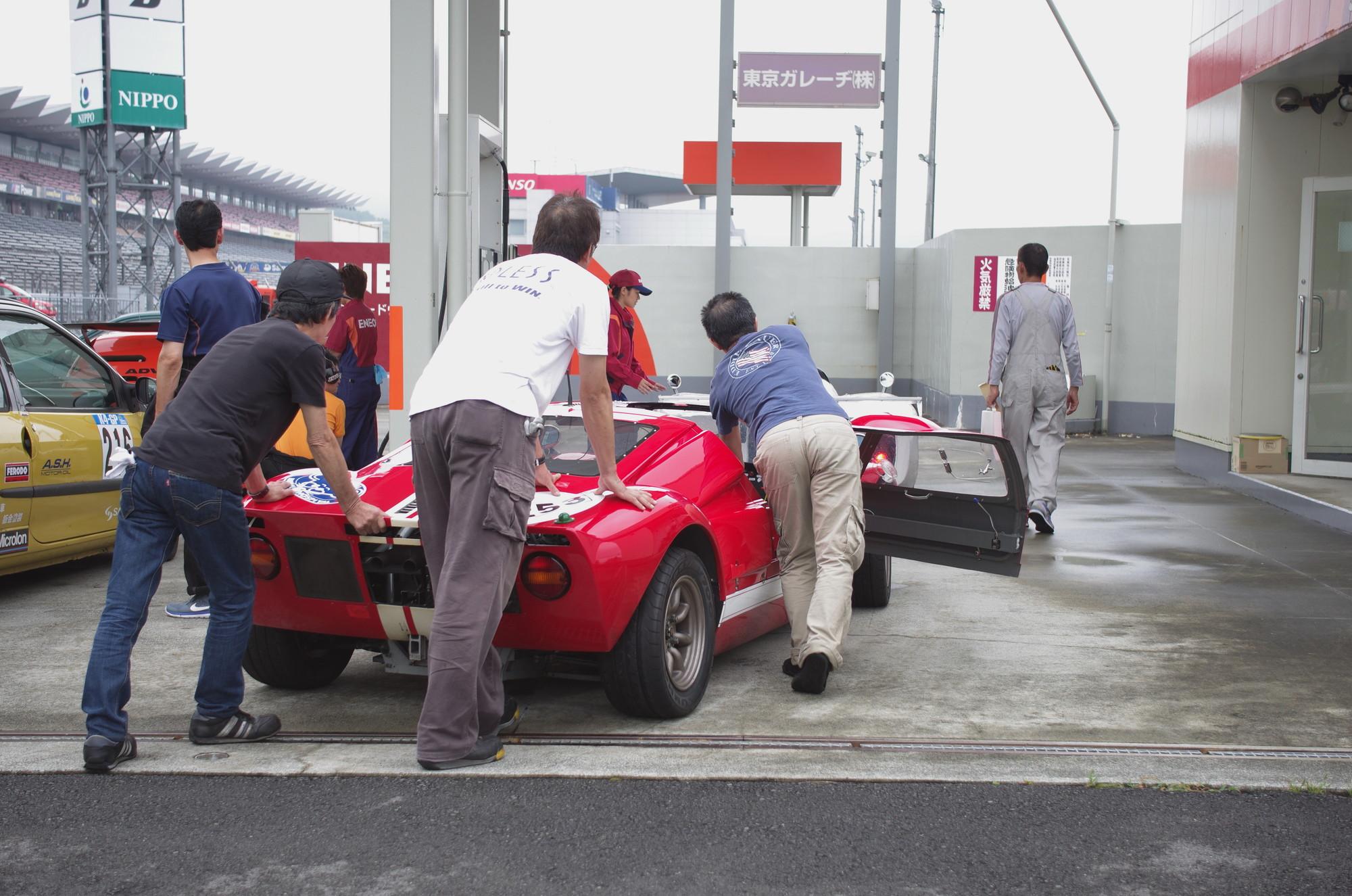 練習走行が終わると、各車レースに備えて給油に向かいます。(Photo by Yamato.)