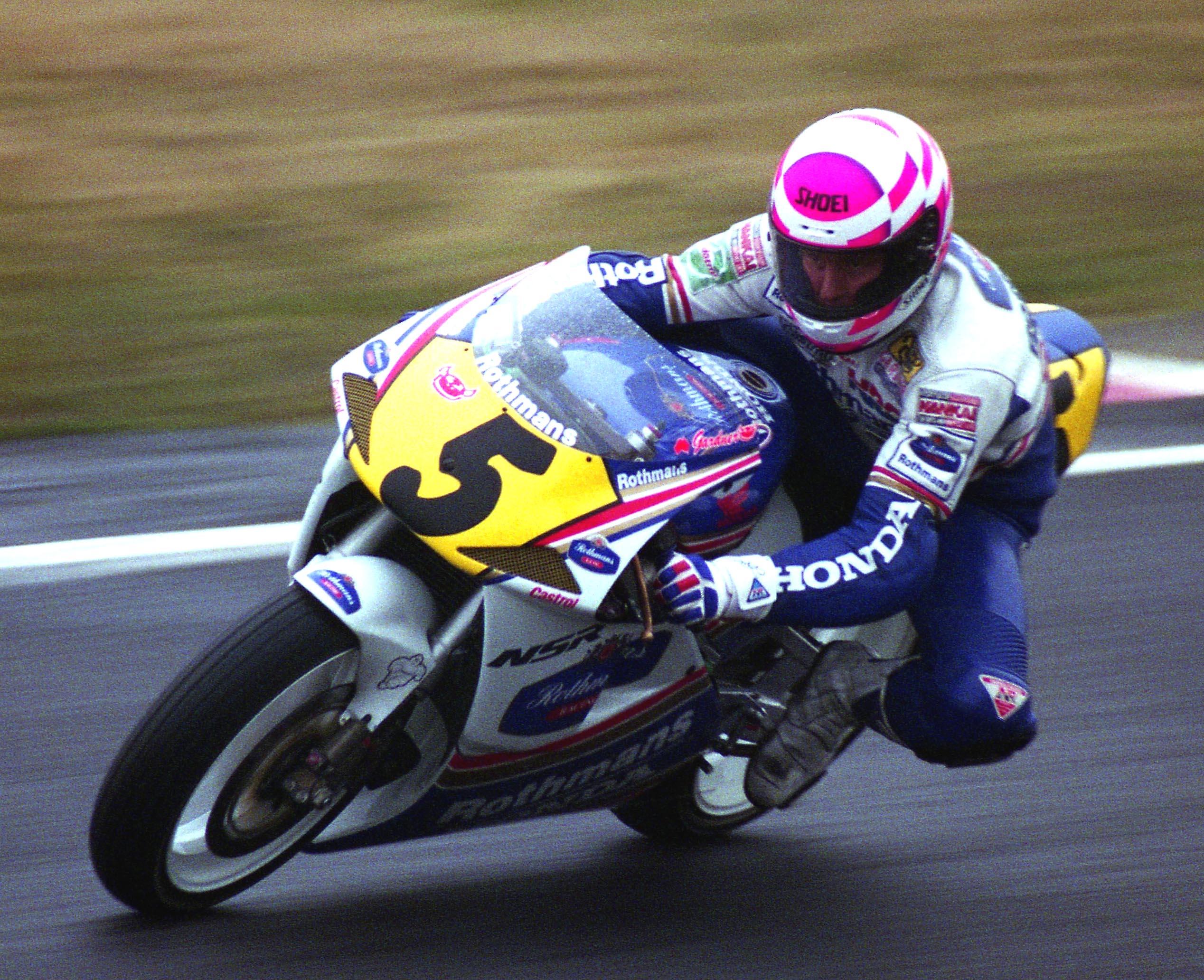出典:http://ridertua.com/2015/10/19/inilah-gardner-straight-trek-lurus-yang-bantu-iannone-raih-podium/
