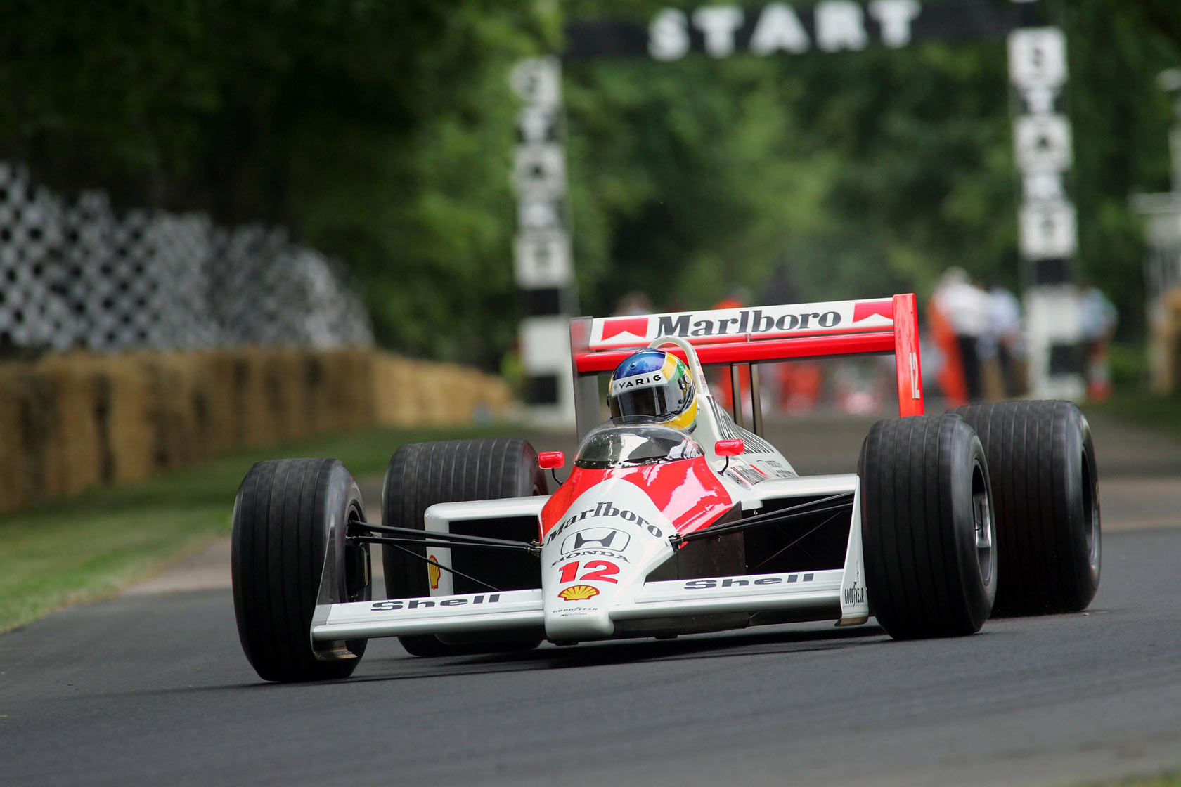 出典:http://www.f1fanatic.co.uk/2009/07/01/100-pictures-of-f1-drivers-and-cars-at-the-goodwood-festival-of-speed/mclarenmp44_1988/
