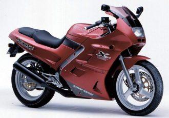 メットインついてます。珍車スズキ・アクロスは今見ても豪華すぎるバイクだった。