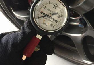燃費もガラリと変わるってホント!?軽自動車のタイヤの空気圧はどれくらい入れるべき?